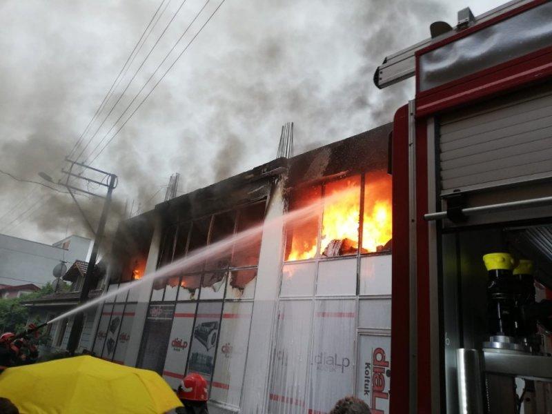 Sakarya'da iş yerine yıldırım düştü: 1'i ağır 2 kişi yaralı