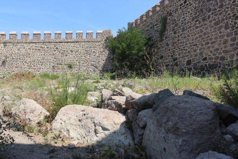Osmanlı'nın son kalesinin içi tamir edilmeyi bekliyor