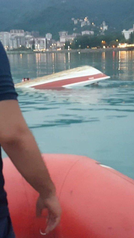 Rize sahilinde balıkçı teknesi alabora oldu