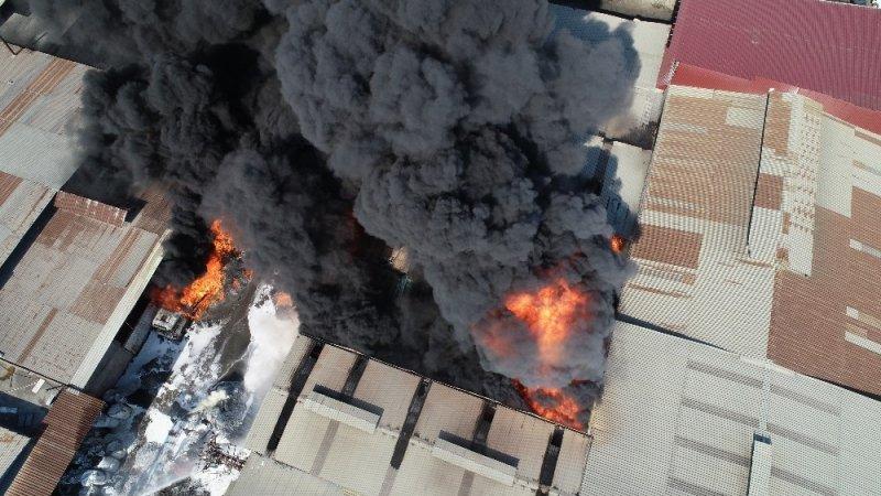 Adana'da plastik geri dönüşüm fabrikasında büyük yangın