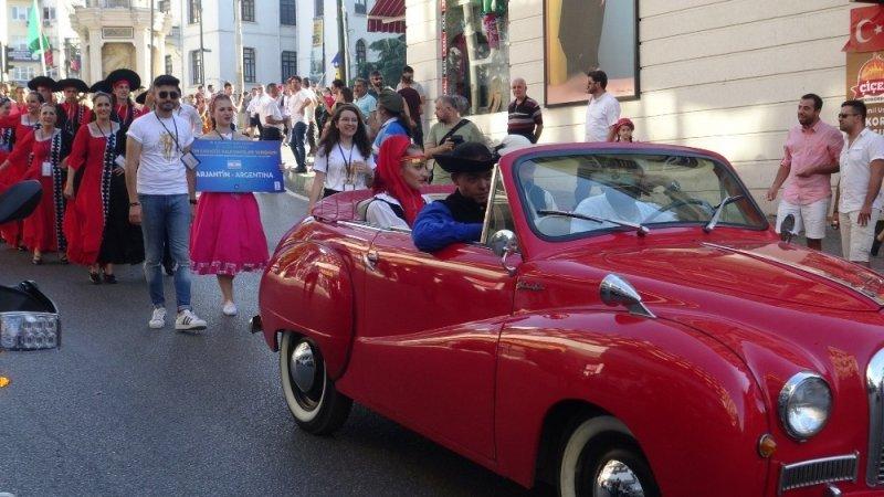 Bursa'da halk dansları yarışması rengarenk kortejle başladı