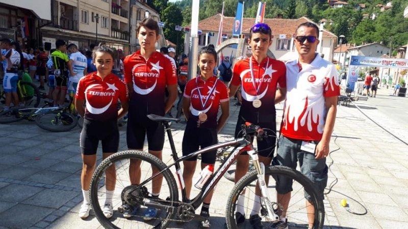 Kayserili sporcular Türk Bayrağı'nı Sırbistan'da dalgalandırdı