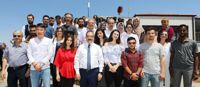 Rektör Prof. Dr. Ali Gür mezun olan uluslararası bölüm öğrencileri ile bir araya geldi