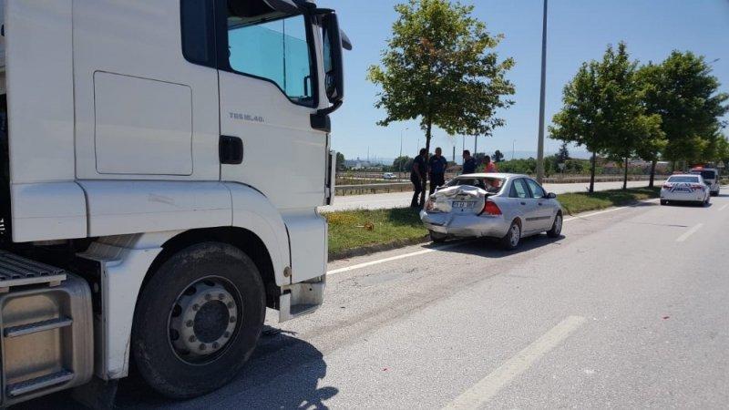 Tır otomobile çarptı: 3 yaralı