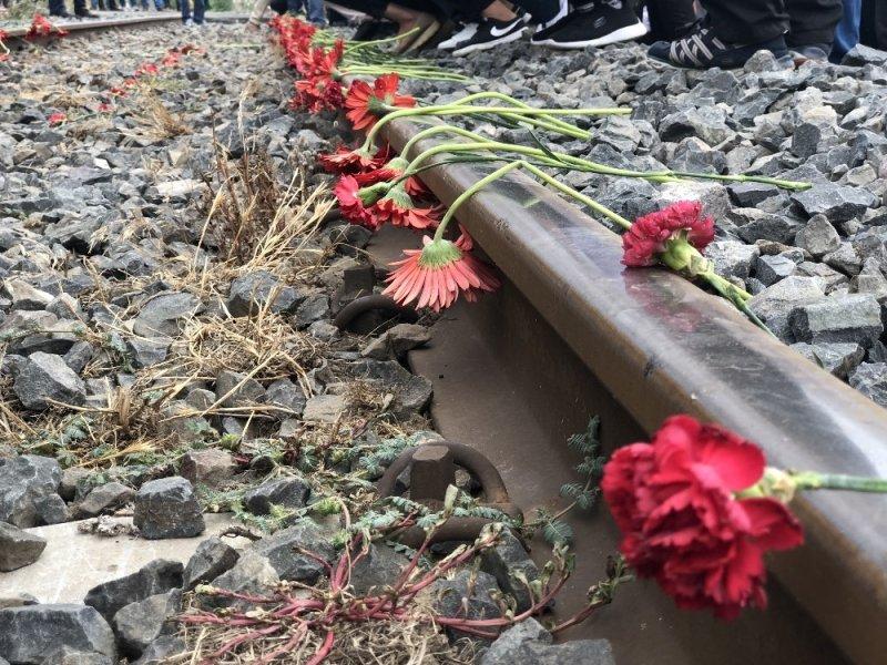 Çorlu'daki tren kazasında ölenler raylara karanfil bırakılarak anıldı