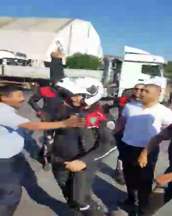 Tuzla'da polis ekiplerin yaşanan arbedeyi önlemek için havaya ateş açtığı anlar kamerada