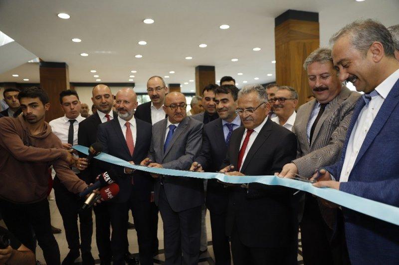 Başkan Büyükkılıç, Kayseri Gazeteciler Cemiyeti'nin Büyükşehir Belediyesi Sergi Salonu'ndaki 15 Temmuz Sergisi'nin açılışına katıldı