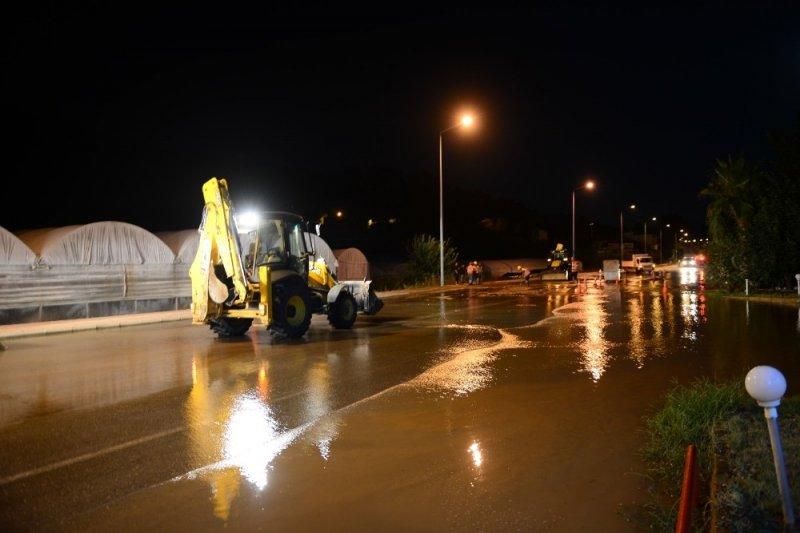 Kumluca'da içme suyu hattında boru patladı, üç mahalle susuz kaldı