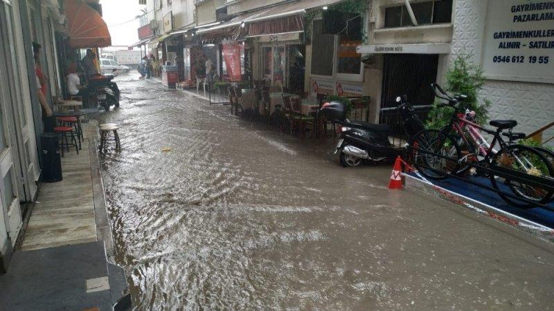 Kuşadası'nda sağanak yağış yolları göle çevirdi