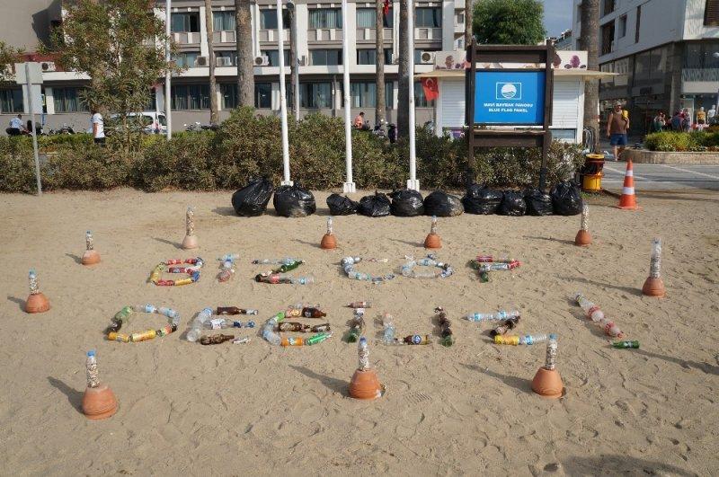 """Topladıkları atıklardan """"Biz çöp değiliz"""" yazıp, plajda sergilediler"""