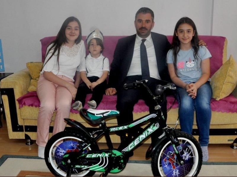 Başkan Çetin'den sünnet olan çocuklara bisiklet