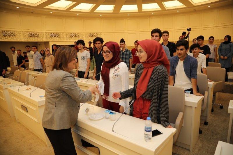Şahin, YKS'de başarılı öğrencileri ödüllendirdi