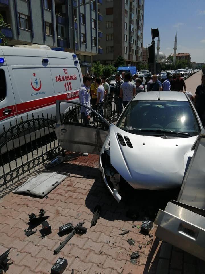 Duvara çarpan otomobilin kaza anı araç kamerasında