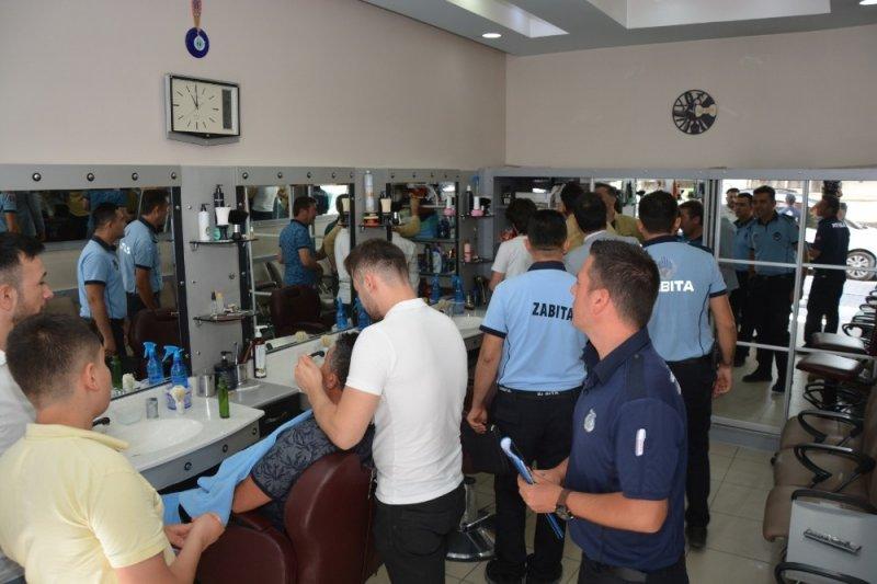 Uşak'ta zabıta ekipleri erkek kuaförlerini denetledi