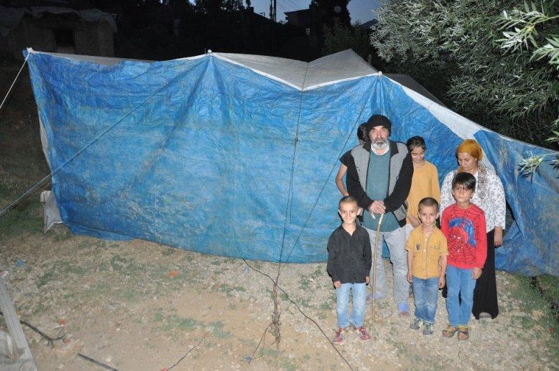 Kiralık ev bulamayan Kayhan ailesi brandada yaşıyor