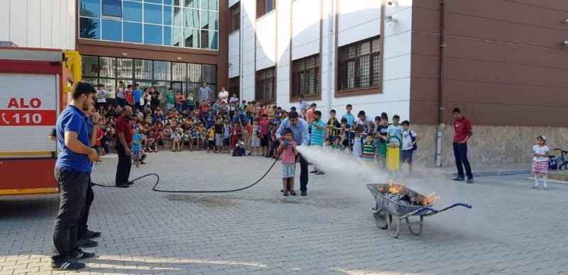İtfaiye ekipleri yaz kursunda tatbikat gerçekleştirdi