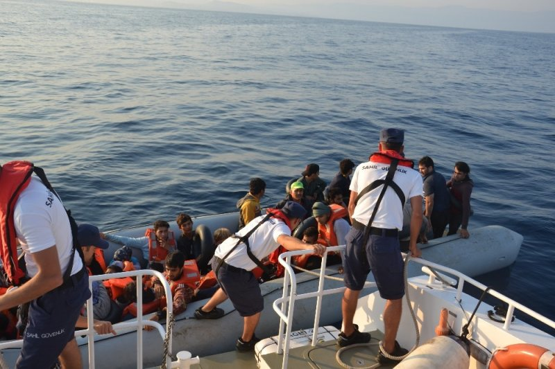 Kuşadası Körfezi'nde 28'i çocuk 77 kaçak göçmen yakalandı