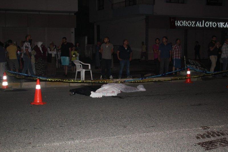 Yayalara çarpan otomobil ters şeride geçerek başka bir otomobil ile çarpıştı: 2 ölü 1 yaralı