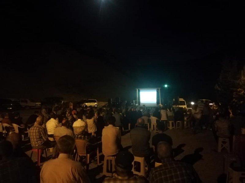 Köy meydanında yazlık sinema keyfi