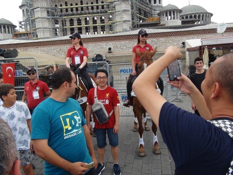 Taksim'de Meydanı'ndaki atlı polislere İngiliz taraftarlardan yoğun ilgi