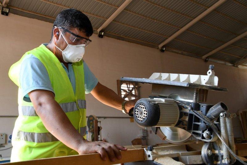 Büyükşehir Belediyesi marangoz atölyesinde mobilya üretimi sürüyor