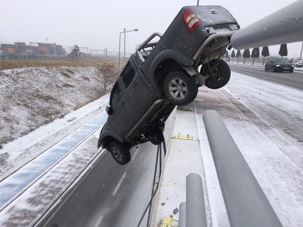 kar-nedeniyle-kayan-kamyonet-koprude-asili-kaldi-4302-dhaphoto2.jpg