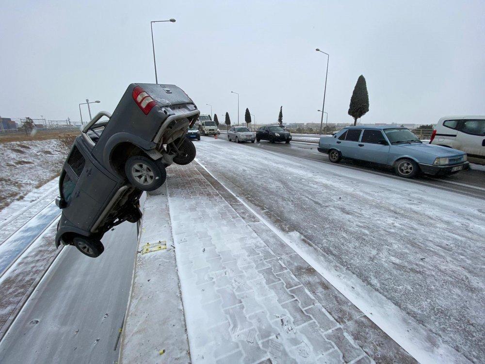 kar-nedeniyle-kayan-kamyonet-koprude-asili-kaldi-4302-dhaphoto6.jpg