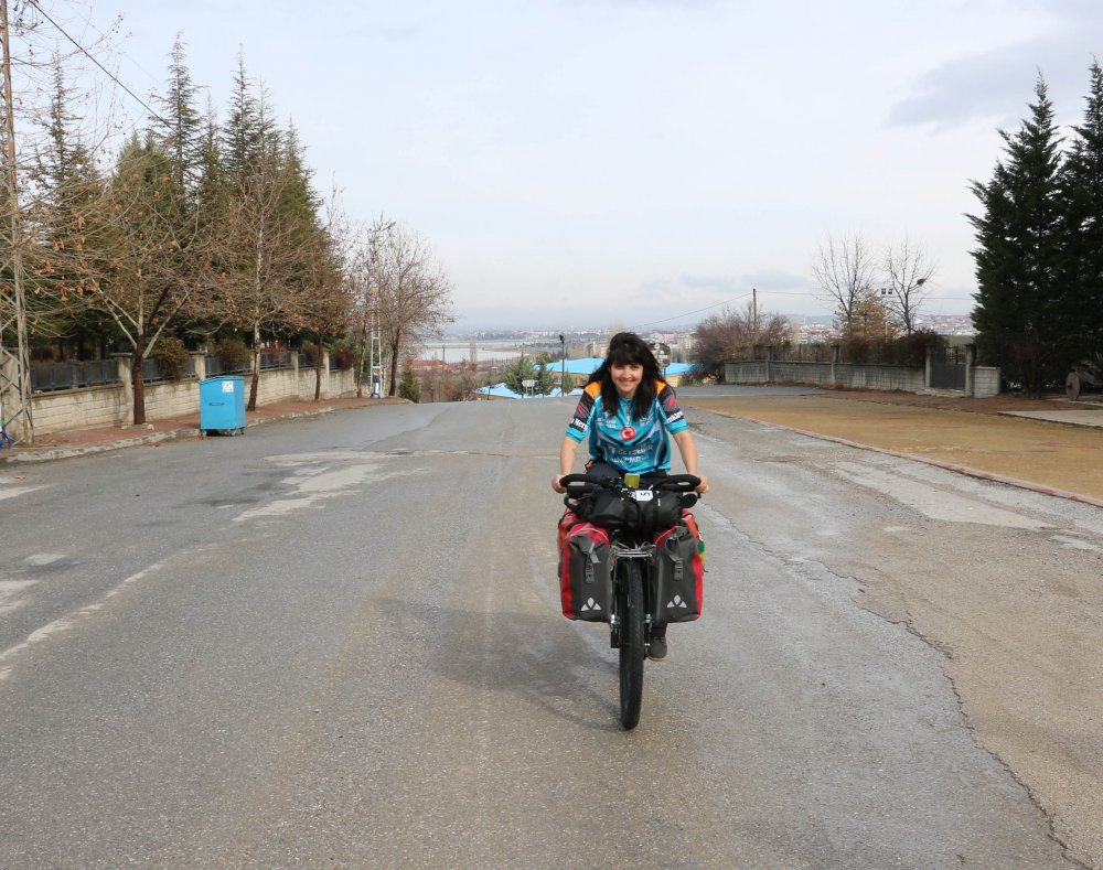 dunya-turuna-cikan-brezilyali-bisikletci-larissa-beysehire-geldi-6588-dhaphoto13.jpg