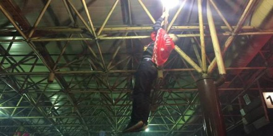 Konya asker adayları, peron demirlerine asılıp barfiks çekti