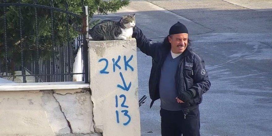 Konyalı vatandaşın kediyle muhabbeti ilgi gördü