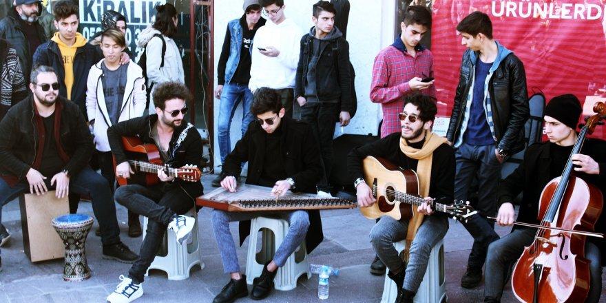 Konya Zafer'de sokak müzisyenleri ilgi çekti