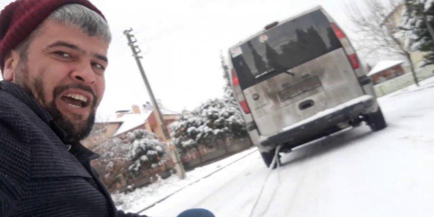 Karda araba arkasında kayak yapan Konyalılar güldürdü