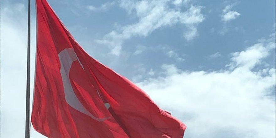 Dev Türk bayrağı büyük ilgi çekiyor