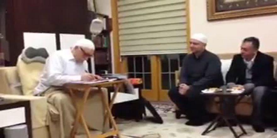 Fethullah Gülen önünde diz çöken Akın İpek mi?