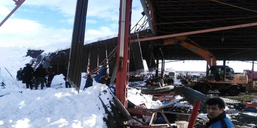 Konya'da pazar yerinin çatısı çöktü!