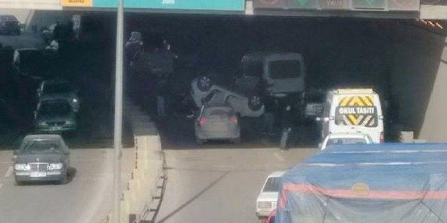 Köprülü Kavşakta araç takla attı