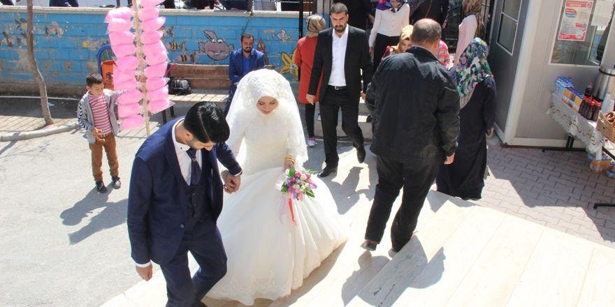 Gelin ve damat düğünden önce sandık başına gitti
