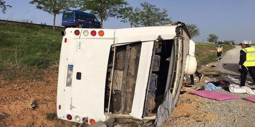 Düğünden Dönenleri Taşıyan Otobüs Devrildi: 20 Yaralı