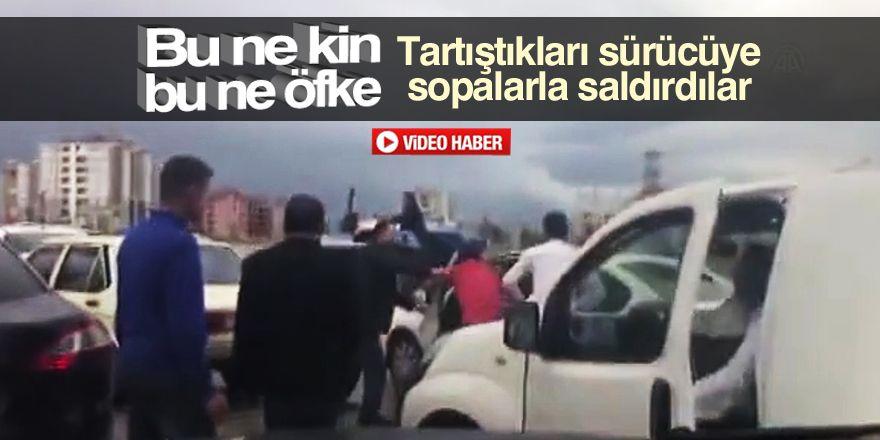 Trafikte sopalı kavga