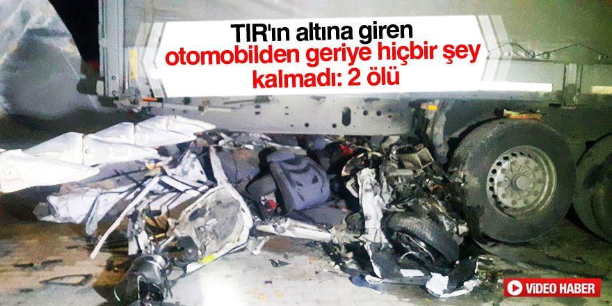 Otomobil, park halindeki TIR'a çarptı: 2 ölü