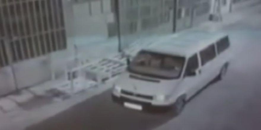 İşyerlerinin önündeki paletleri çalan şüpheli kamerada