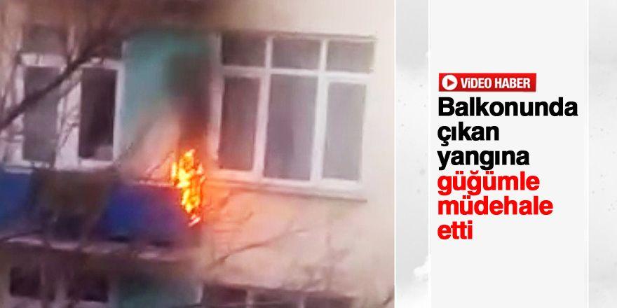 Balkonunda çıkan yangını pencereden su döküp söndürdü