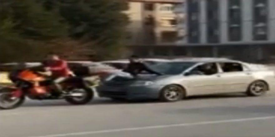 Benzini biten motosikleti, otomobille iteklediler