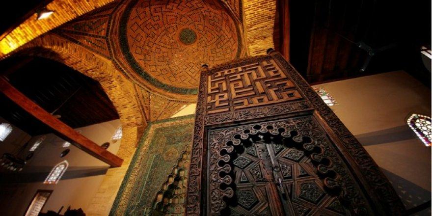 Eşrefoğlu Camisi tarihe meydan okuyor